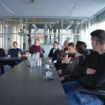 Studenten bouwkunde Drenthe College luisteren naar projectleider Ronald Muis van Dion Vastgoed Support