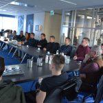 Studenten bouwkunde van Drenthe College luisteren naar projectleider Ronald Muis van Dion Vastgoed Support